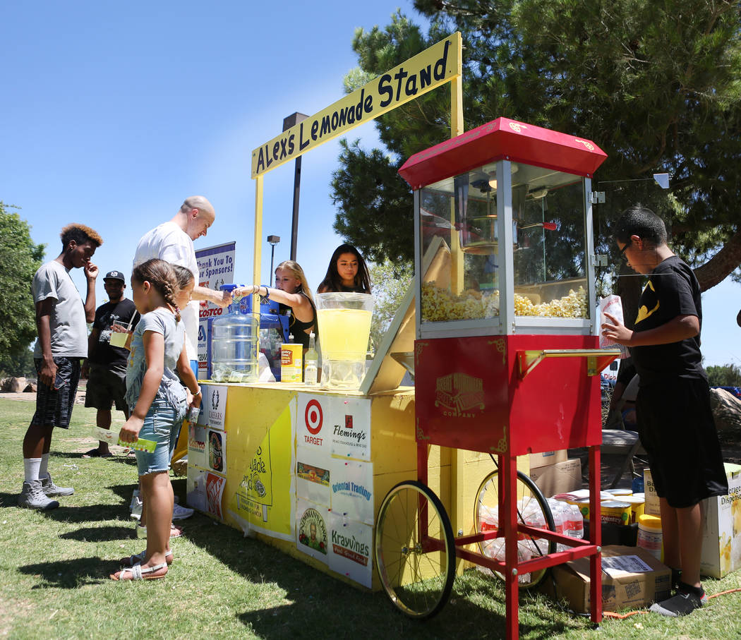 Bebidas y palomitas de maíz servidas en la recaudación de fondos de Alex's Lemonade Stand Foundation para la investigación de cáncer infantil en Sunset Park en Las Vegas, domingo, 4 de junio d ...