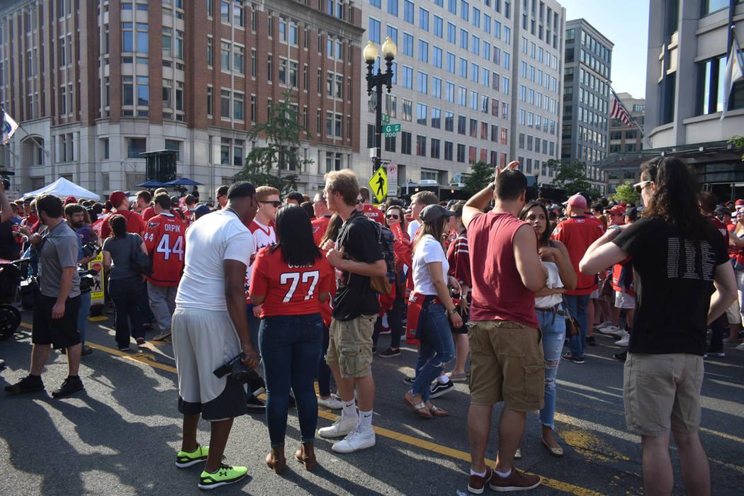 Miles de aficionados sin boleto se reunieron en las inmediaciones de la arena para ver el partido en una pantalla gigante colocada sobre la calle. Lunes 4 de junio del 2018 en Capital One Arena de ...