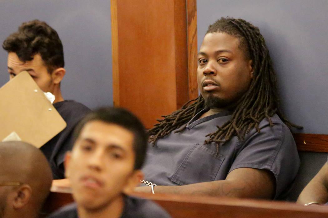 Michael Logan, enfrentando cargos de abuso infantil y otros por la muerte de su hijo de 2 años, aparece en el tribunal el lunes 4 de junio de 2018 en Las Vegas. (Michael Quine / Las Vegas Review- ...