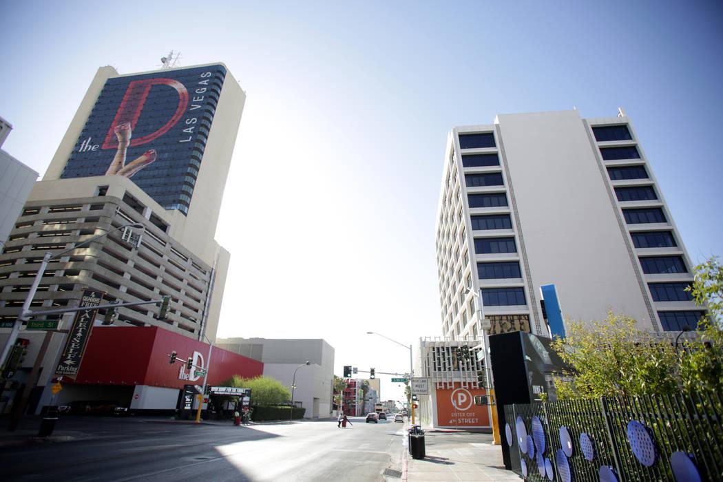 El edificio de oficinas en 302 E. Carson Avenue, derecha, visto el viernes 1 de junio de 2018, fue comprado recientemente por el propietario del casino del centro, Derek Stevens, propietario del c ...