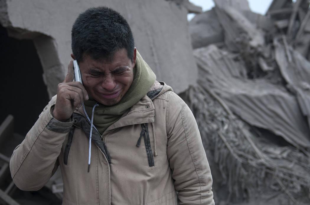 Boris Rodríguez, de 24 años, que está buscando a su esposa, llora después de ver el estado de su vecindario, destruido por el Volcán de Fuego en erupción, en Escuintla, Guatemala, el lunes 4 ...