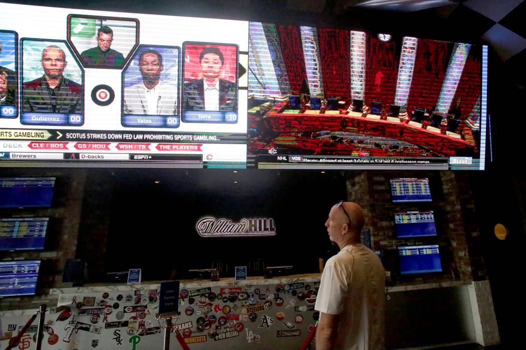 Gary Brown de Toronto revisa las líneas en el SLS Sports Book en Las Vegas el lunes 14 de mayo de 2018. (Michael Quine / Las Vegas Review-Journal) @ Vegas88s