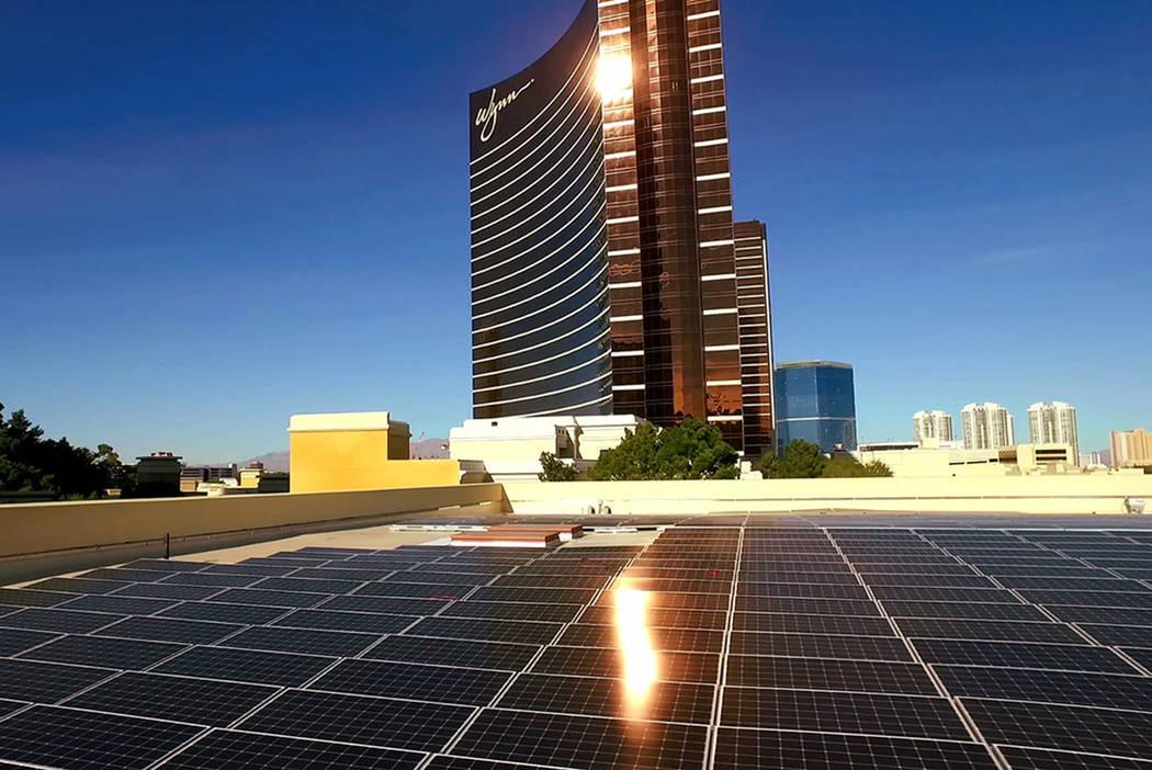 Los paneles solares cubren el techo de Wynn Las Vegas. El conjunto recientemente completado puede generar casi 1 megavatio de potencia para usar en el complejo. Wynn Resorts