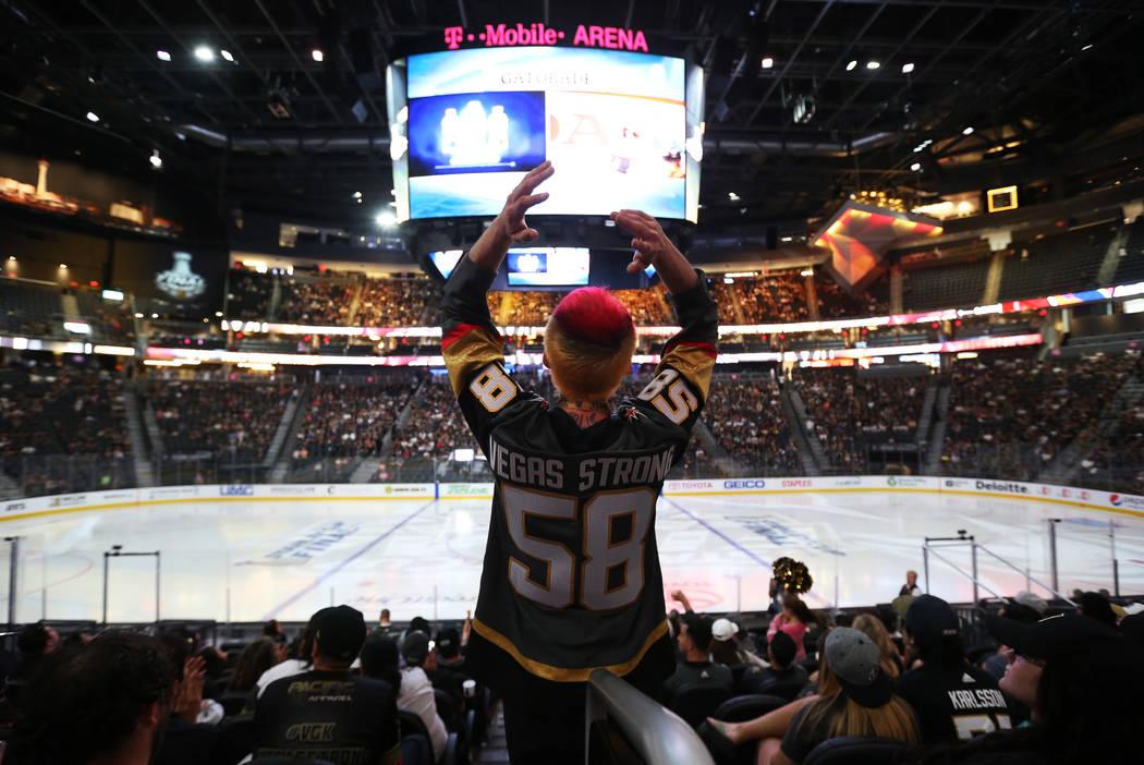 Jay Bryant-Chavez, residente de Las Vegas, reacciona durante una fiesta de observación para el Juego 4 de la final de la Stanley Cup entre los Golden Knights y las Capitals de Washington en la T- ...