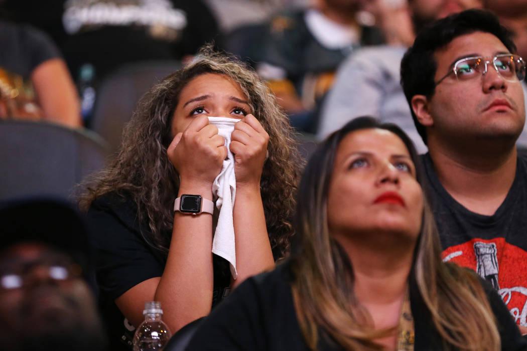 Los fans reaccionan durante una fiesta de espectadores para el Juego 4 de la Final de la Copa Stanley entre los Caballeros Dorados y los Capitals de Washington en la T-Mobile Arena, el 4 de junio ...