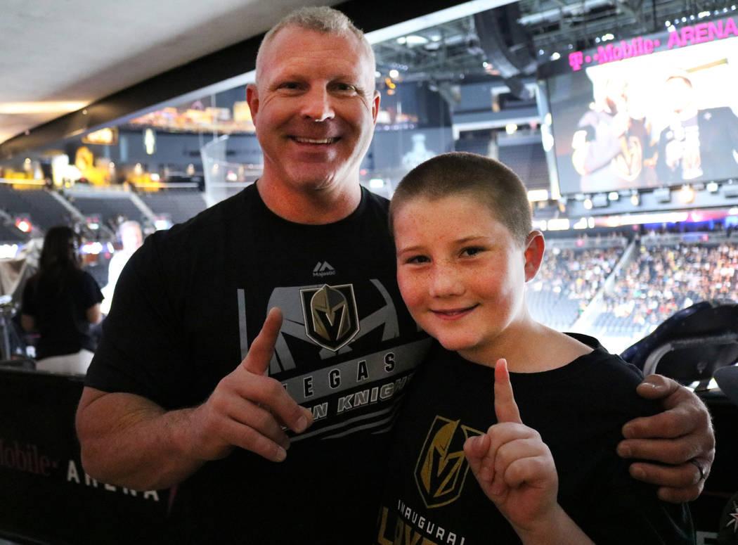 Darrell Garvin, a la izquierda, y su hijo Gage Garvin, a la derecha, en la fiesta de espectadores de los Vegas Golden Knights en la T Mobile Arena en Las Vegas, el lunes 4 de junio de 2018. Madely ...