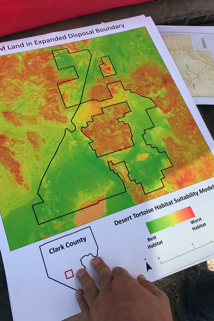 Patrick Donnelly del Centro para la Diversidad Biológica, derecha, y Jim Stanger, presidente de Friends of Sloan Canyon, examinan los mapas el martes de una propuesta del condado para expandir el ...