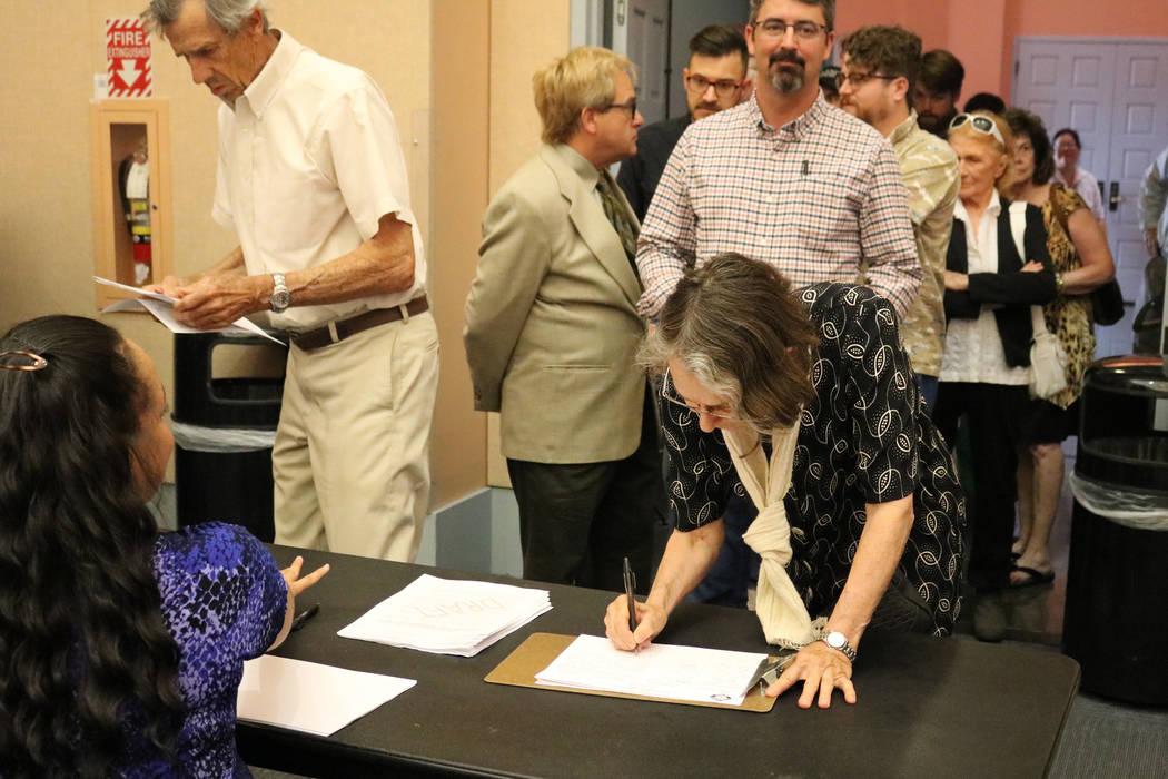 Hermi Hiatt de Las Vegas firma en una reunión pública en la Biblioteca del Condado de Clark en Las Vegas, el martes 5 de junio de 2018. Una multitud llenó la sala de conferencias de Clark Count ...