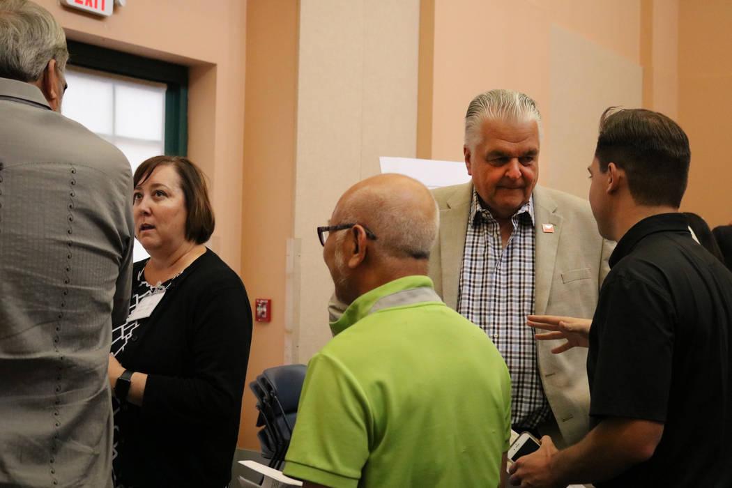 Marci Henson de Las Vegas firma en una reunión pública en la Biblioteca del Condado de Clark en Las Vegas, el martes 5 de junio de 2018. Una multitud llenó la sala de conferencias de Clark Coun ...