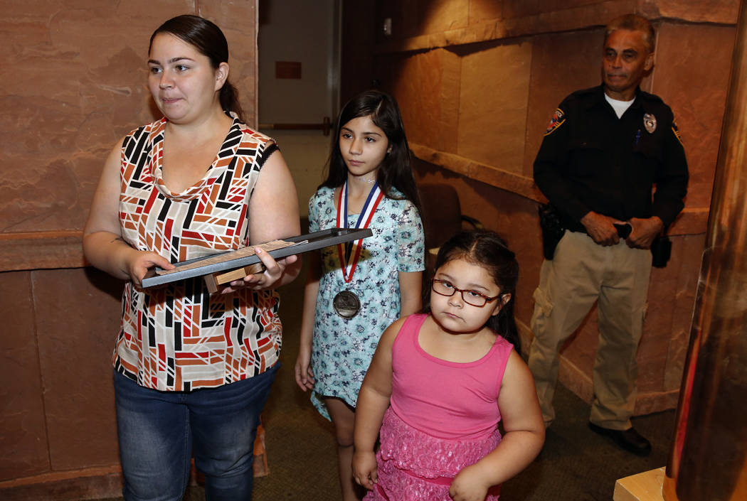 Aaliyah Inghram, de 10 años, centro, quien recibió un disparo mientras protegía a su hermano de 18 meses y su primo de 4 años durante un tiroteo el 8 de mayo de 2018, abandona las cámaras de ...
