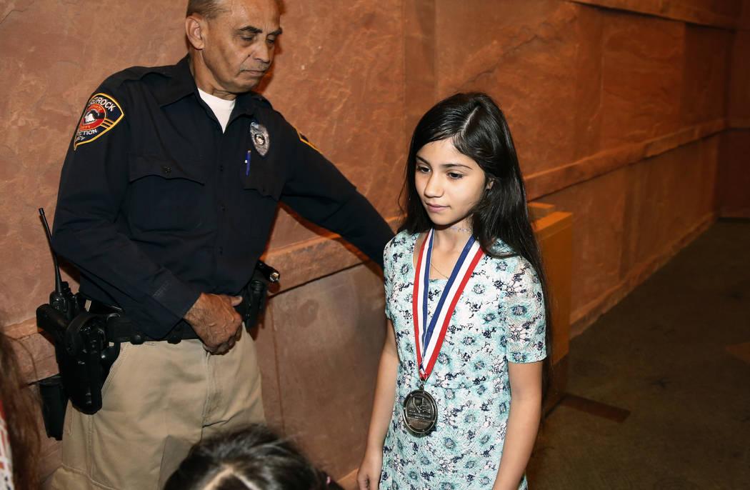 Aaliyah Inghram, de 10 años, quien recibió un disparo mientras protegía a su hermano de 18 meses y su primo de 4 años durante un tiroteo el 8 de mayo de 2018, recibe medalla de coraje del Comi ...