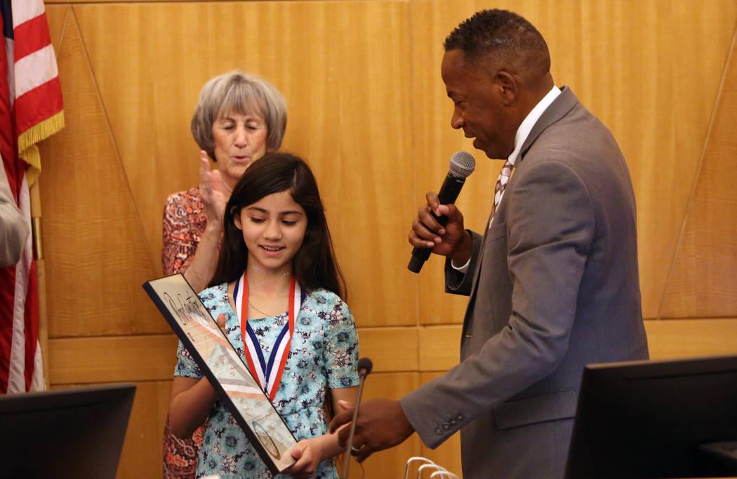 El comisionado Lawrence Weekly habla después de dar una medalla de coraje a Aaliyah Inghram, de 10 años, el martes 5 de junio de 2018. Aaliyah recibió un disparo mientras protegía a su hermano ...