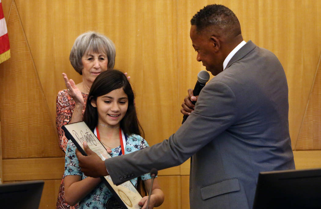El comisionado del Condado de Clark, Lawrence Weekly, otorga una medalla de coraje a Aaliyah Inghram, de 10 años, el martes 5 de junio de 2018. Aaliyah recibió un disparo mientras protegía a su ...