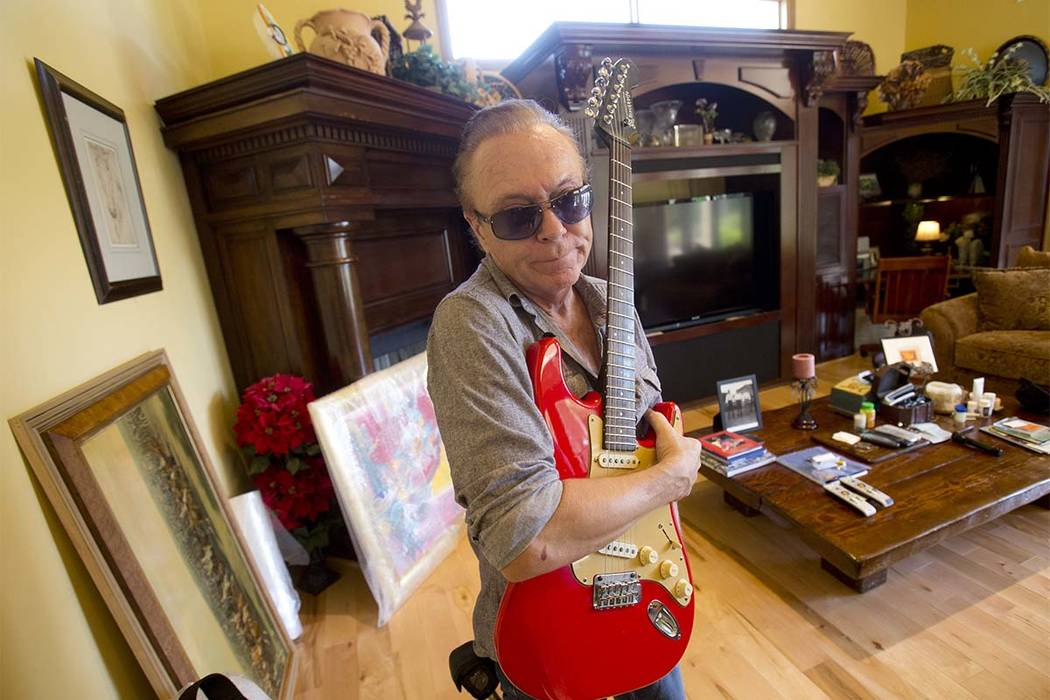 En esta foto del miércoles 22 de julio de 2015, el rompecorazones de 1970, David Cassidy, sostiene una de sus guitarras favoritas mientras da un recorrido por su mansión de Florida de cinco dorm ...