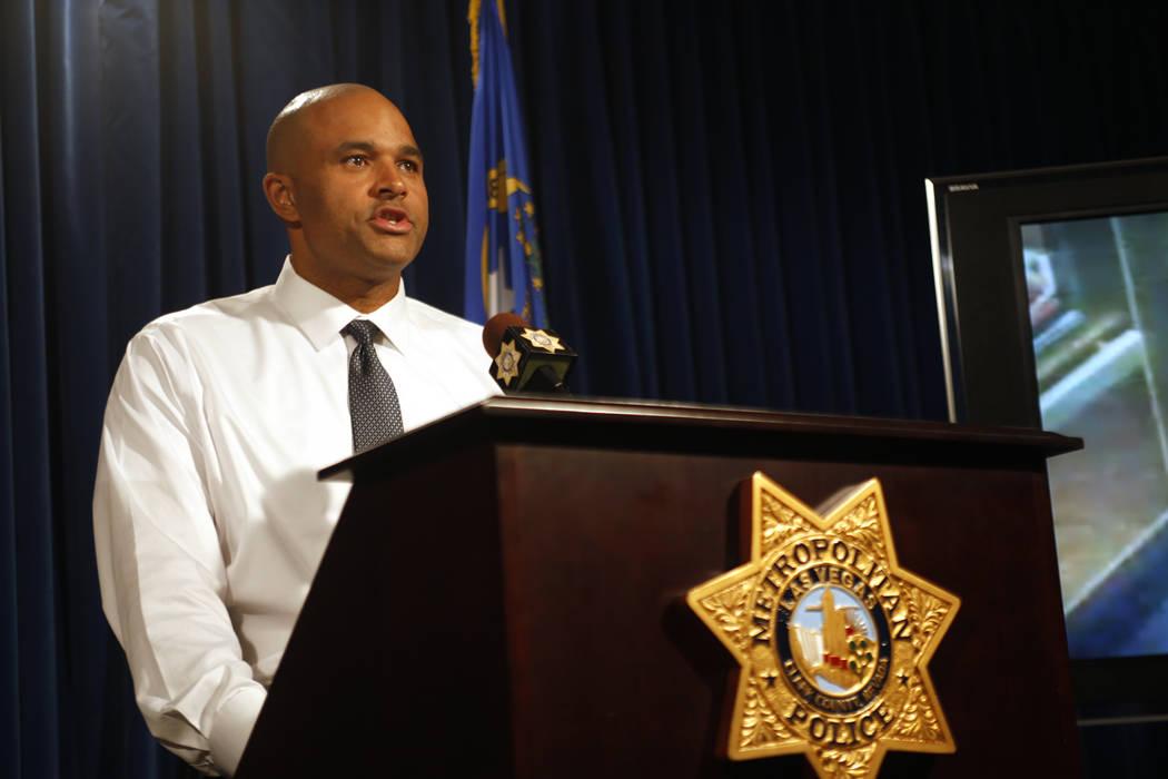 El Teniente del Departamento de la Policía Metropolitana, Ray Spencer, se dirige a los medios con nueva información sobre el reciente doble homicidio en el hotel-casino Circus Circus en la Sede ...