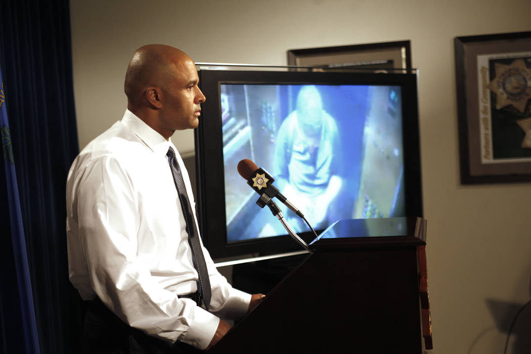El Teniente del Departamento de la Policía Metropolitana, Ray Spencer, muestra las imágenes de seguridad del sospechoso por un doble homicidio en el hotel-casino Circus Circus en la Sede del Dep ...