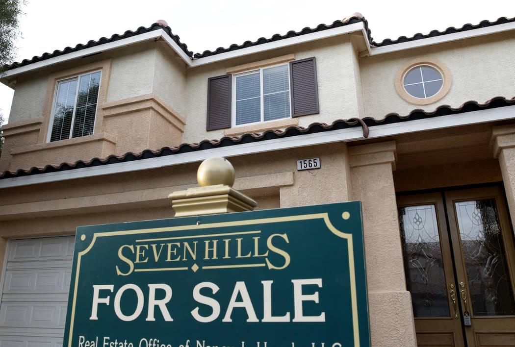 Una señal de venta se muestra en una casa de Ravanusa Drive cerca de Seven Hills Drive en Henderson en 2017. (Bizuayehu Tesfaye Las Vegas Review-Journal)