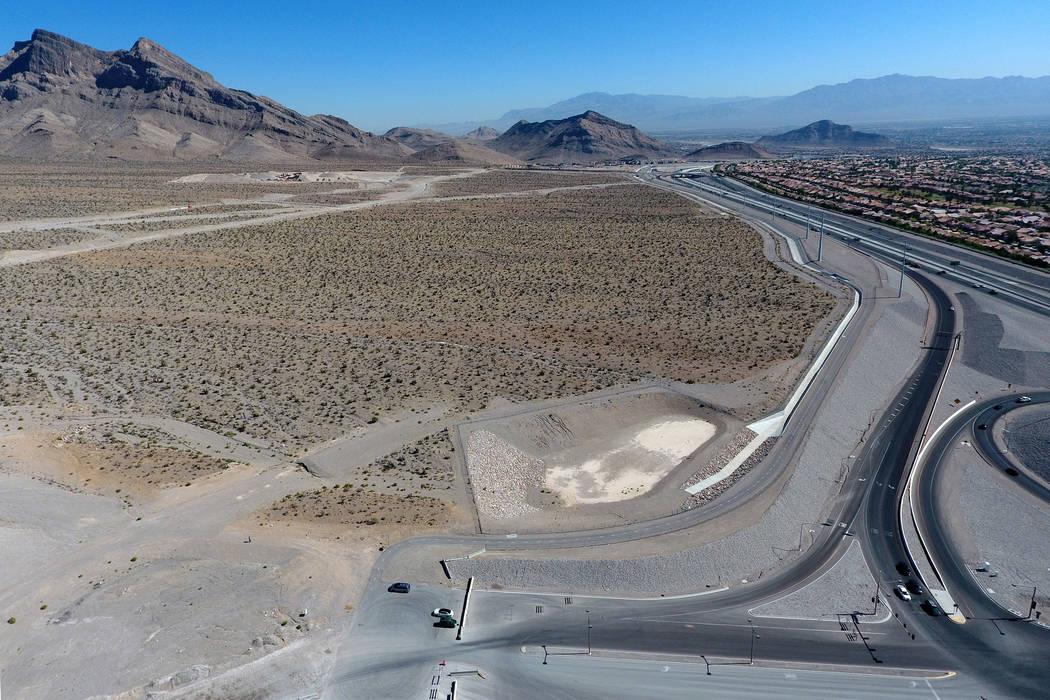 Vista aérea de 100 acres de terreno al oeste de Summerlin Parkway / 215 Intercambio Beltway ofrecido a Amazon de forma gratuita como un sitio para construir su segunda sede en el sur de Nevada. M ...