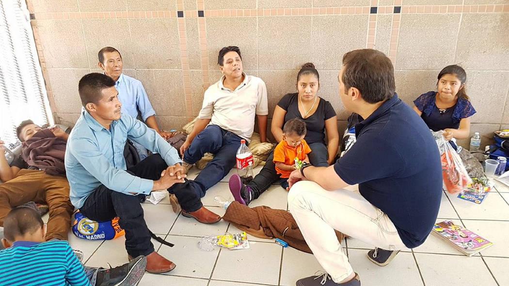 Archivo. Nogales, Son. 28 May 2018 (Notimex- Especial).- Más de 200 migrantes centro y sudamericanos que han arribado en varios grupos desde hace más de una semana, permanecen junto a la aduana ...