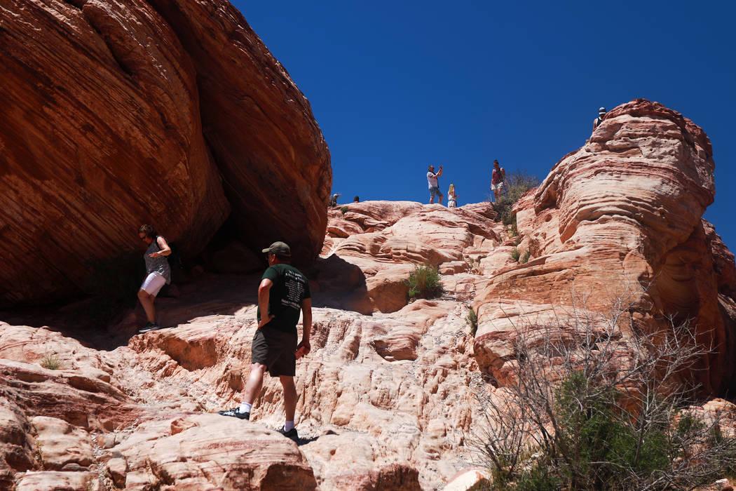 Los visitantes caminan por el Área Nacional de Conservación Red Rock Canyon en Las Vegas el lunes 7 de mayo de 2018. (Andrea Cornejo / Las Vegas Review-Journal) @dreacornejo