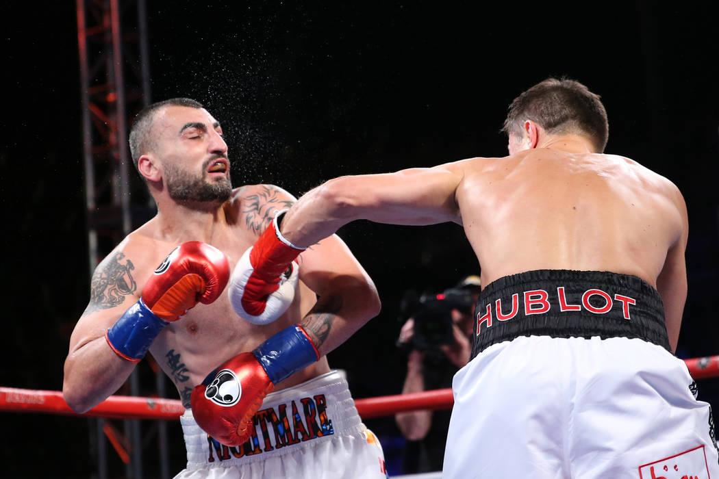 Gennady Golovkin, izquierda, conecta un golpe al nocaut contra Vanes Martirosyan en la segunda ronda de la pelea de campeonato de peso medio WBC y AMB en el StubHub Center en Carson, California, e ...