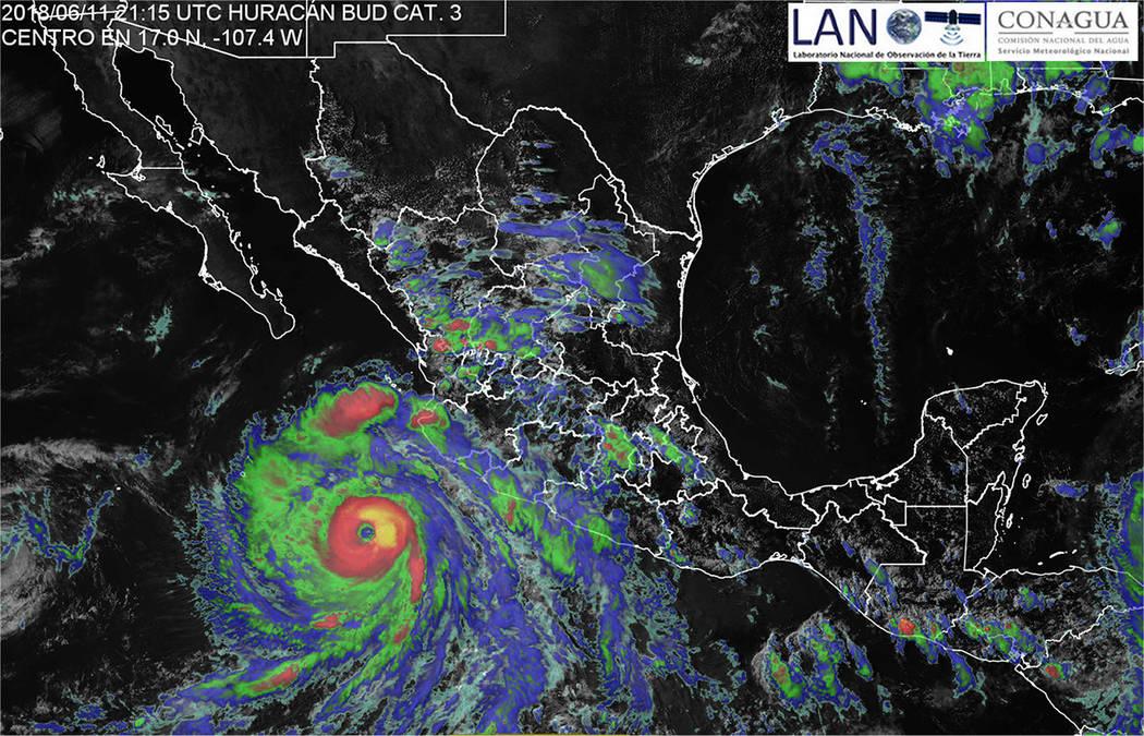 México, 12 Jun 2018 (Notimex-SMN).- Bud perderá fuerza durante las próximas horas y se degradará a huracán categoría 3 durante la tarde de este martes a 355 kilómetros al suroeste de Cabo C ...