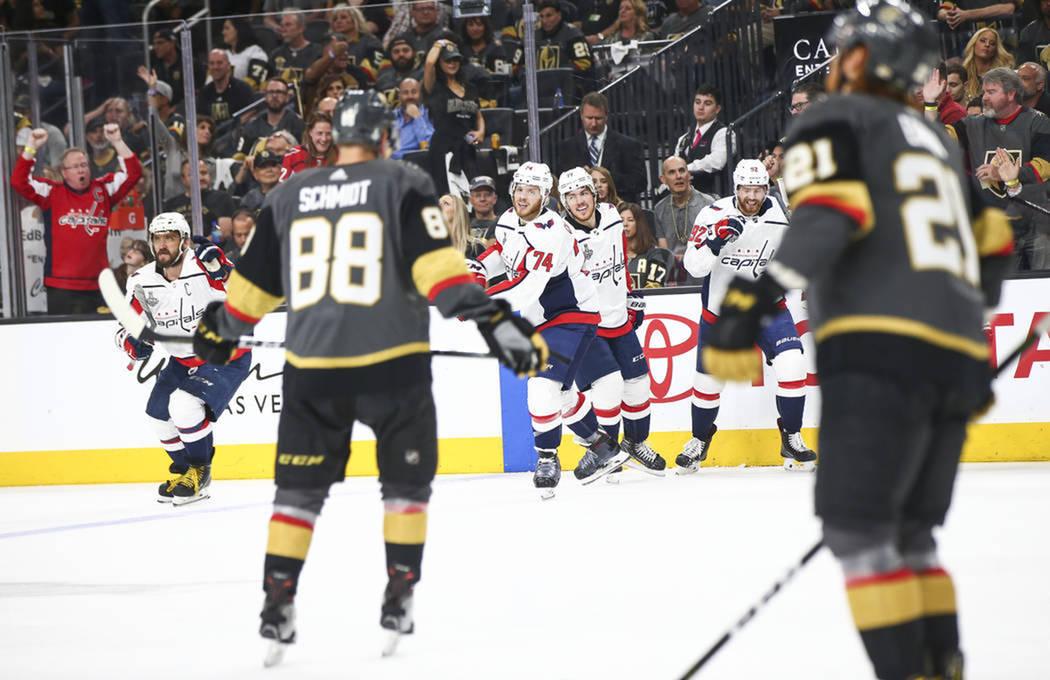 Capitals celebra el gol que los acercaba al campeonato ante la mirada de sus rivales. Jueves 7 de julio del 2018 en T-Mobile Arena de Las Vegas. Foto Chase Stevens / Las Vegas Review-Journal.