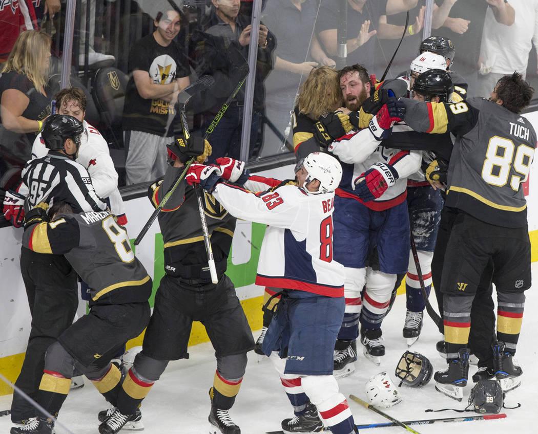 La intensidad del partido produjo constantes peleas entre los jugadores de ambos equipos. Jueves 7 de julio del 2018 en T-Mobile Arena de Las Vegas. Foto Benjamín Hager / Las Vegas Review-Journal.