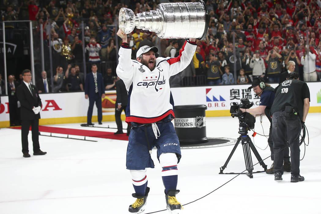 El capitán de Capitals, Alex Ovechkin (8), dijo estar feliz por el campeonato, mostró la copa y el trofeo que recibió por ser el jugador más valioso de la serie. Jueves 7 de julio del 2018 en ...