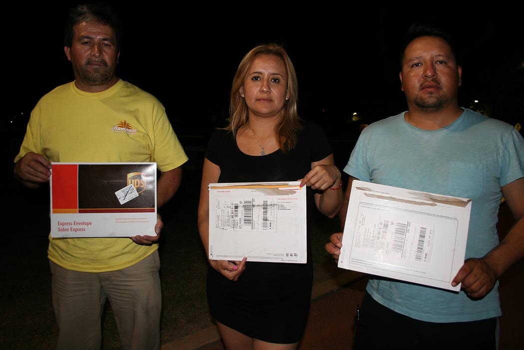 Mexicanos residentes de LV muestran los sobres electorales con los que emitieron sus votos para México. El martes 5 de junio del 2018 en La Vegas. Foto Valdemar González / El Tiempo - Contribuidor.