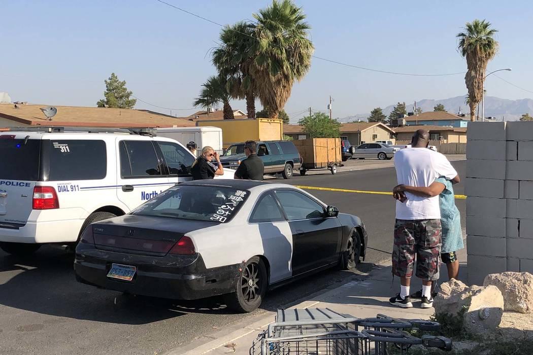 La policía de North Las Vegas está investigando un triple tiroteo que dejó un hombre muerto en la cuadra 2500 de Ellis Street, el viernes 8 de junio de 2018. (Bizuayehu Tesfaye / Las Vegas Revi ...