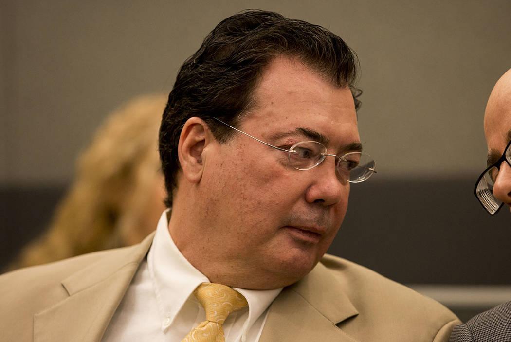 John Bonaventura, ex agente de policía, espera su aparición en la corte por robo y cargos ilegales en Las Vegas en 2017. (Las Vegas Review-Journal)