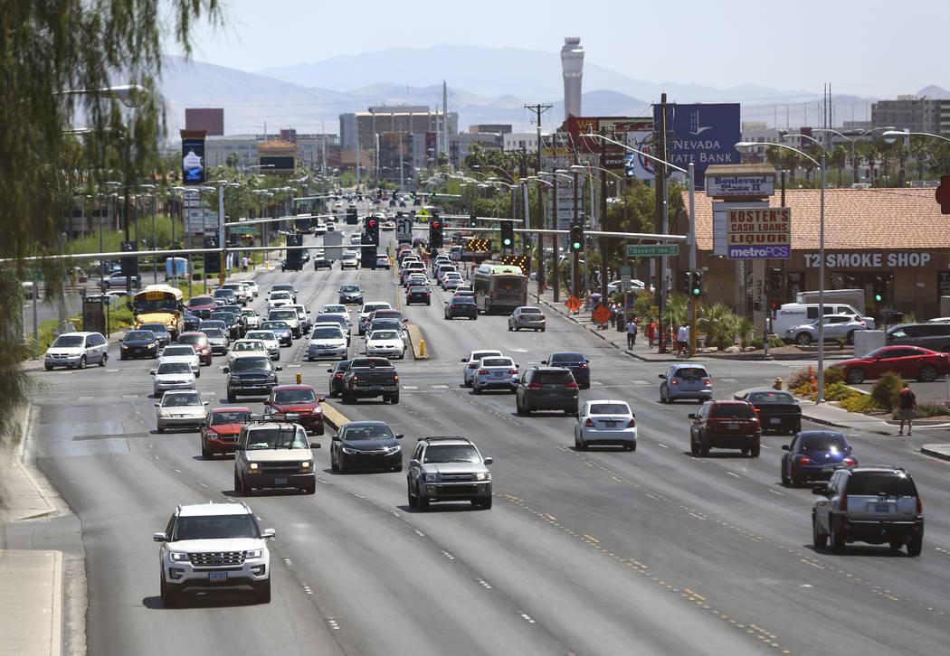 Una vista hacia el sur por Maryland Parkway desde el puente peatonal a las afueras de Sunrise Hospital en Las Vegas el miércoles 23 de mayo de 2018. Chase Stevens Las Vegas Review-Journal @csstev ...