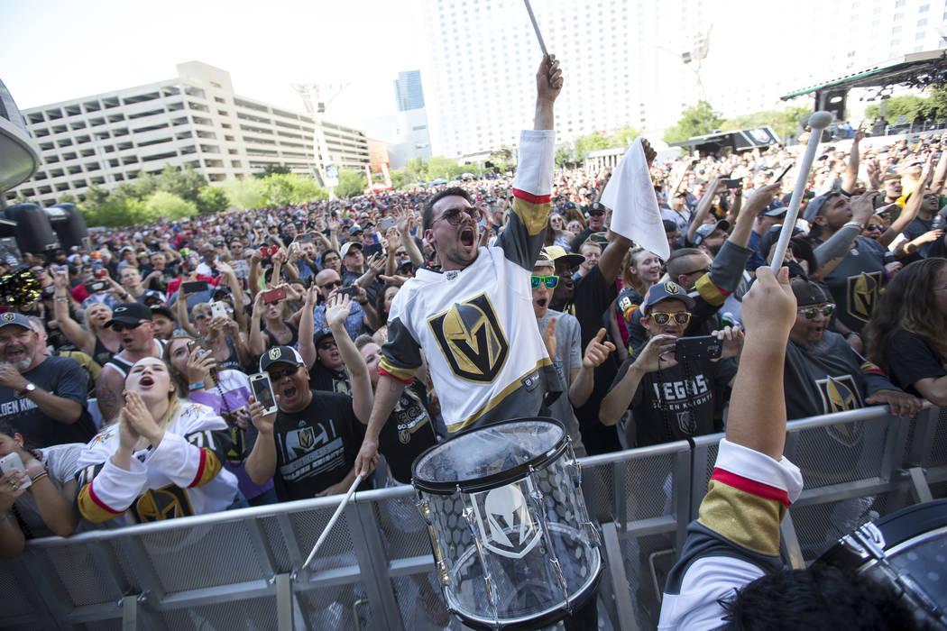 Un miembro de los Vegas Golden Knights Knight Line Drumbots se presenta durante la marcha a la fortaleza antes del Juego 5 de la final de la Copa Stanley de hockey NHL fuera de T-Mobile Arena en L ...