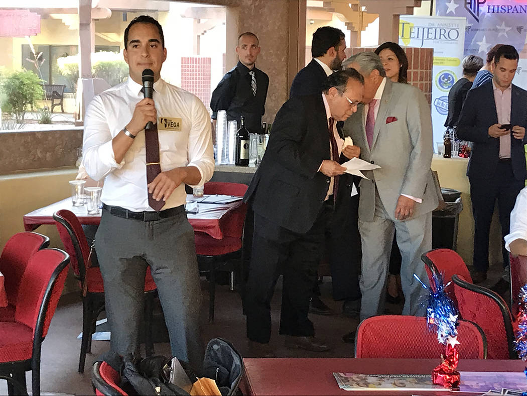El republicano Luis Vega, aspirante a asambleísta por el Distrito 4, exhortó a los jóvenes a involucrarse en la política para poder hacer el cambio. Miércoles 6 de junio del 2018 en restauran ...