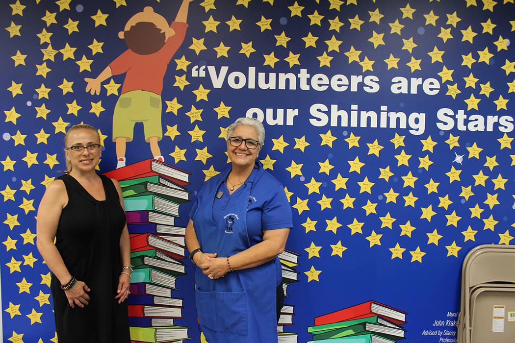 Vicki Soares y Carmen López, reciben 52 mil libros por mes. Viernes 8 de junio de 2018, en Henderson. Foto Cristian De la Rosa / El Tiempo - Contribuidor.