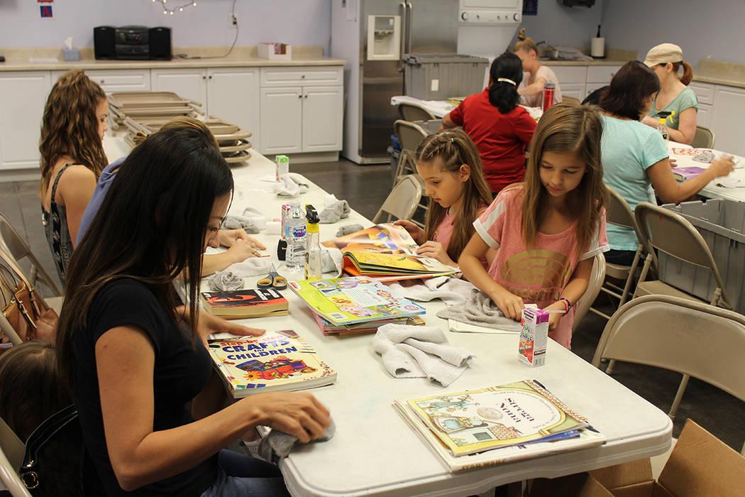 Los voluntarios limpian y restauran los libros que serán donados a las primarias del CCSD. Viernes 8 de junio de 2018, en Henderson. Foto Cristian De la Rosa / El Tiempo - Contribuidor.