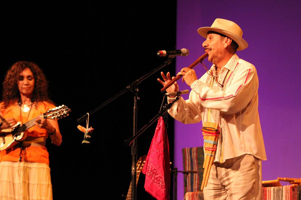 El flautista Martínez es profesor de música en una escuela primaria y hace presentaciones culturales. Sábado 9 de junio de 2018, en el Centro Cultural Winchester. Foto Cristian De la Rosa / El ...