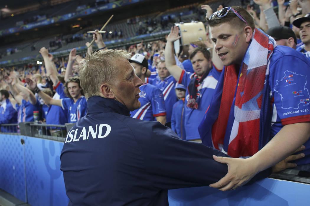 El co-entrenador de Islandia, Heimir Hallgrimsson, saluda a sus seguidores al final del partido de fútbol de cuartos de final de la Euro 2016 entre Francia e Islandia, en el Stade de France en Sa ...
