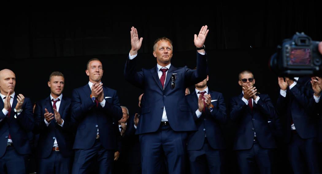 El director de fútbol, Heimir Hallgrimsson, saluda a la multitud mientras los aficionados al fútbol de Islandia dan la bienvenida a su equipo nacional de fútbol, un héroe de los campeonatos de ...