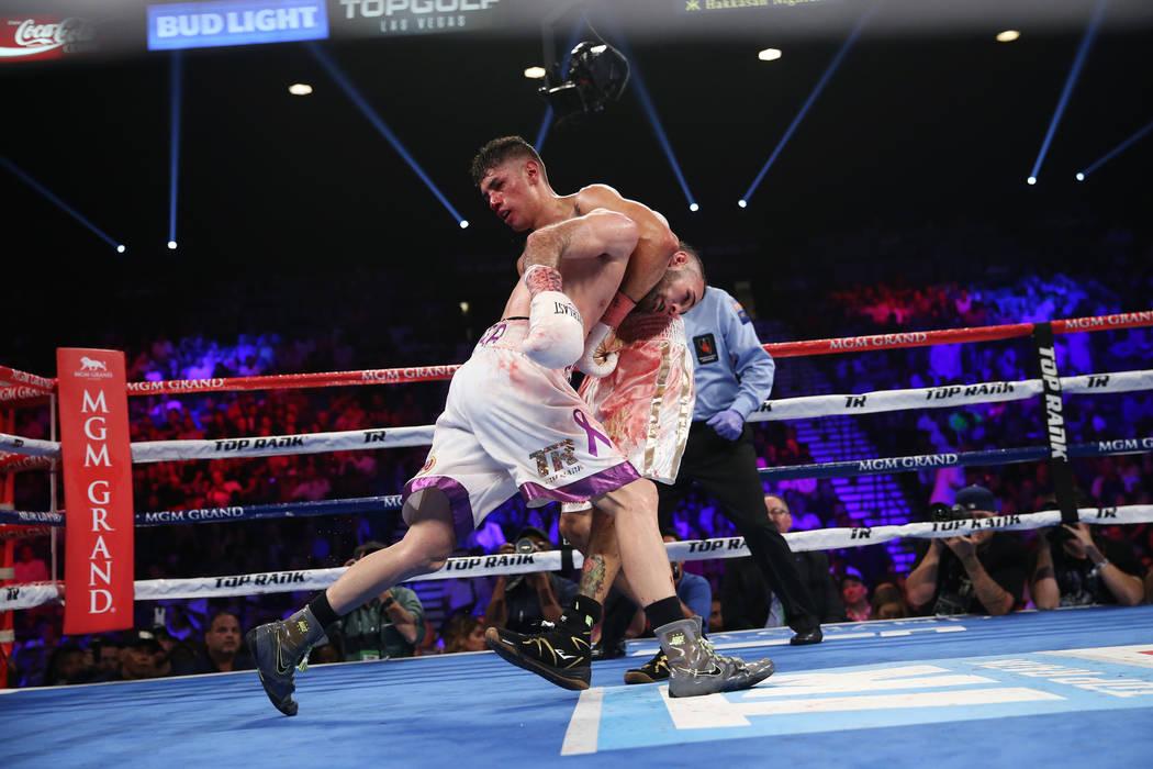 Antonio Morán sostiene a José Pedraza en la pelea de peso ligero de la OMB Latino en el MGM Grand Garden Arena en Las Vegas, el sábado 9 de junio de 2018. José Pedraza ganó por decisión uná ...