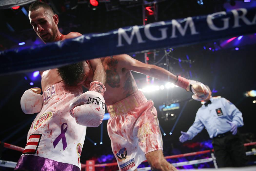 José Pedraza sostiene a Antonio Morán en la pelea de peso ligero de la OMB Latino en el MGM Grand Garden Arena en Las Vegas, el sábado 9 de junio de 2018. José Pedraza ganó por decisión uná ...
