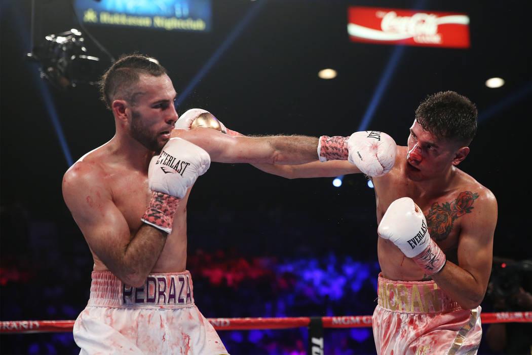 José Pedraza, izquierda, pelea contra Antonio Moran en la pelea entre el peso ligero de la OMB Latino en el MGM Grand Garden Arena en Las Vegas, el sábado 9 de junio de 2018. José Pedraza ganó ...