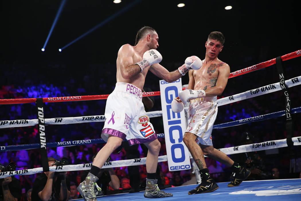 José Pedraza, izquierda, pelea contra Antonio Morán en la pelea de peso ligero de la OMB Latino en el MGM Grand Garden Arena en Las Vegas, el sábado 9 de junio de 2018. José Pedraza ganó por ...