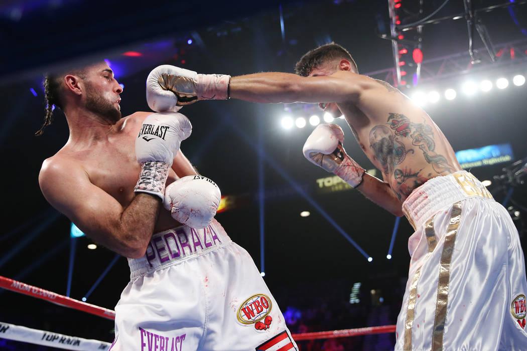 José Pedraza, a la izquierda, se aleja de Antonio Morán en la pelea entre el peso ligero de la OMB Latino en el MGM Grand Garden Arena de Las Vegas, el sábado 9 de junio de 2018. José Pedraza ...
