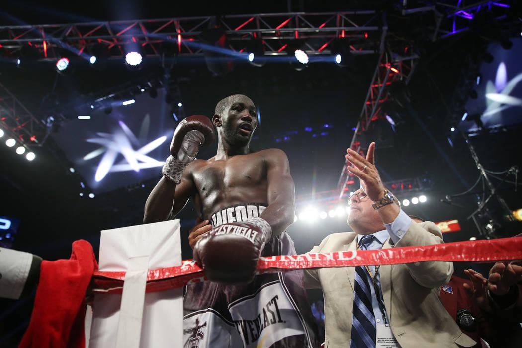 Terence Crawford celebra su victoria por nocaut técnico contra Jeff Horn en la pelea por el título mundial welter de la OMB en el MGM Grand Garden Arena de Las Vegas, el sábado 9 de junio de 20 ...