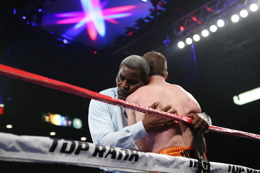 Robert Byrd sostiene a Jeff Horn después de detener la pelea contra Terence Crawford en la pelea por el título mundial welter de la OMB en el MGM Grand Garden Arena de Las Vegas, el sábado 9 de ...