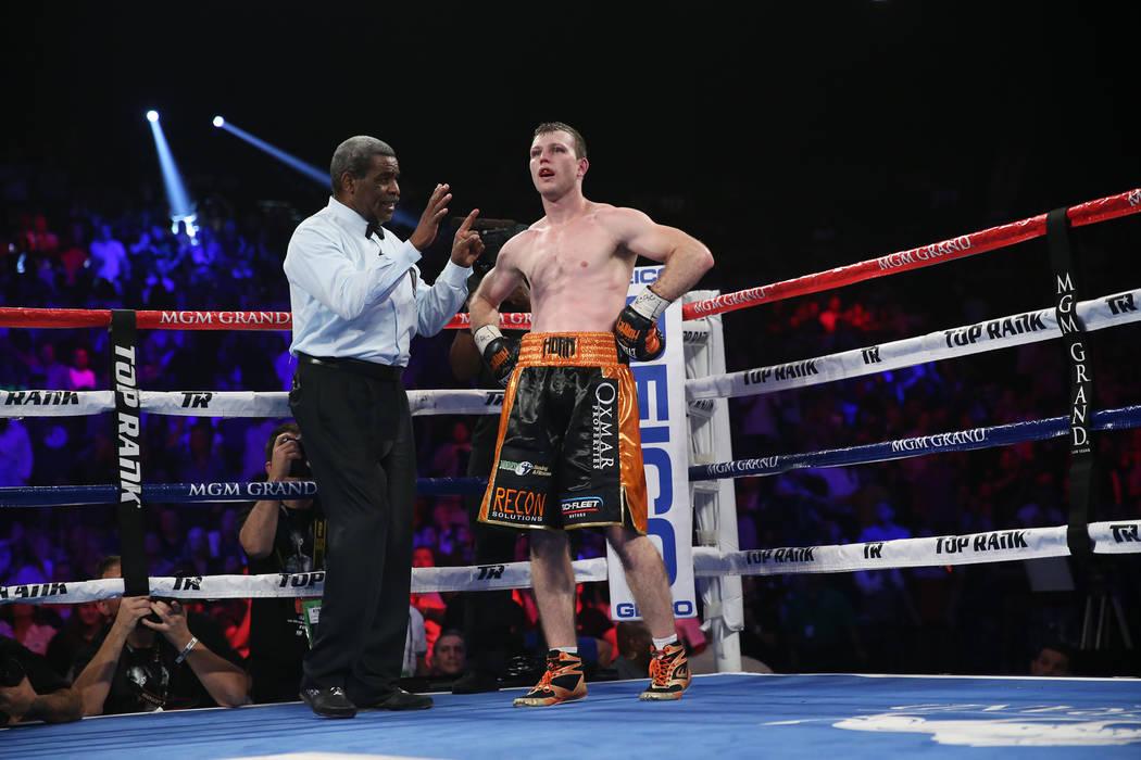Jeff Horn obtiene un conteo después de ser derribado contra Terence Crawford en la pelea por el título mundial welter de la OMB en el MGM Grand Garden Arena en Las Vegas, el sábado 9 de junio d ...