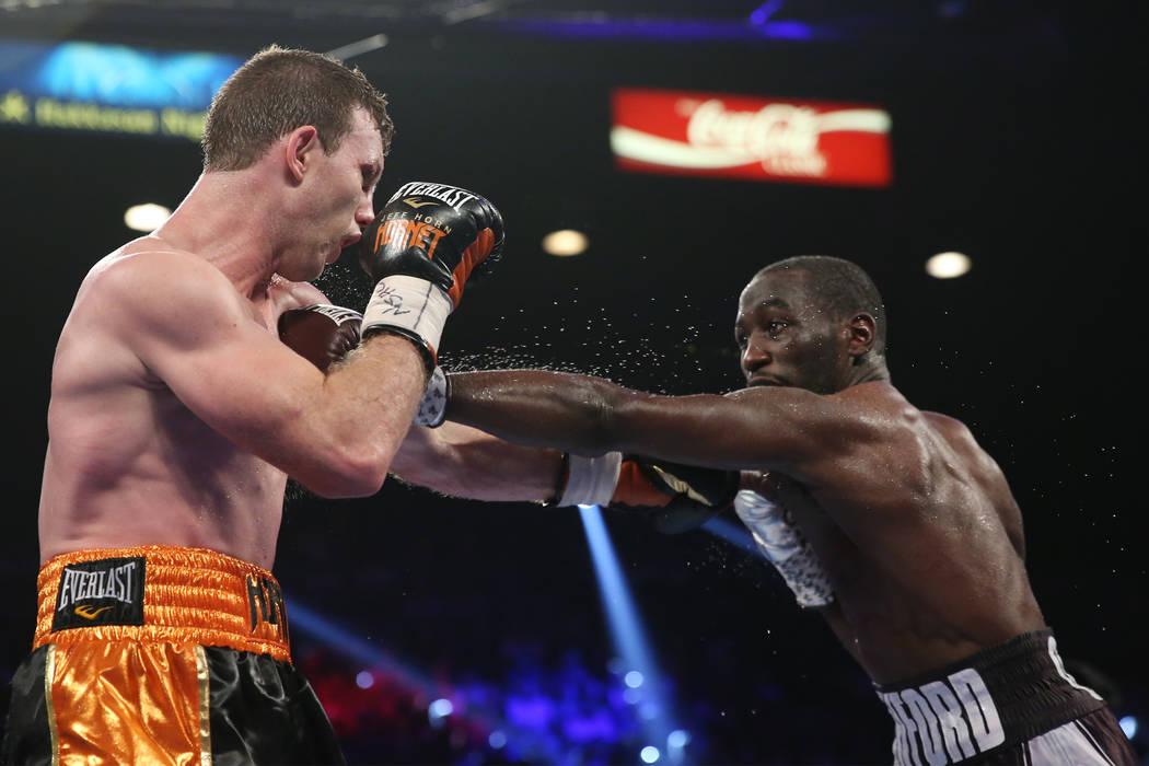 Terence Crawford, a la derecha, conecta un golpe contra Jeff Horn en la pelea del título mundial welter de la OMB en el MGM Grand Garden Arena en Las Vegas, el sábado 9 de junio de 2018. Crawfor ...