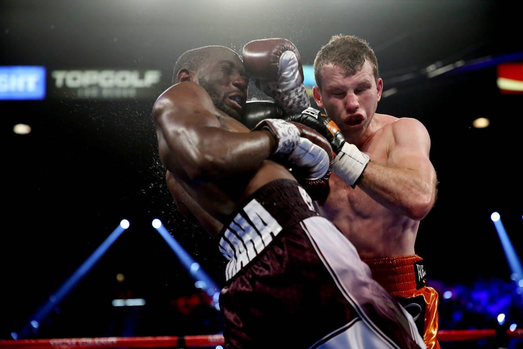 Terence Crawford, izquierda, lucha contra Jeff Horn en la pelea por el título mundial welter de la OMB en el MGM Grand Garden Arena en Las Vegas, el sábado 9 de junio de 2018. Crawford ganó por ...